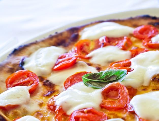 Esta é uma verdadeira pizza italiana. pizza margherita tradicional servida no restaurante capri's, golfo de nápoles, itália.