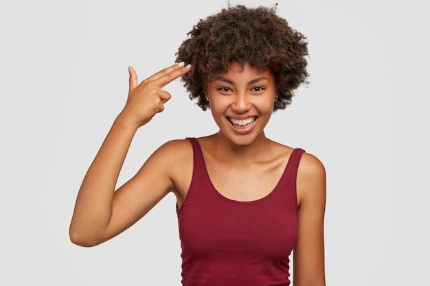 Está me matando! mulher jovem positiva com pele saudável
