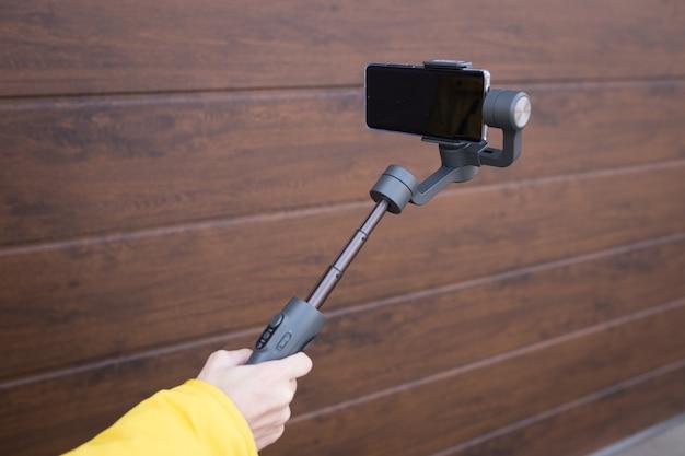 Estabilizador de imagem móvel para smartphones em uma parede branca isolada.