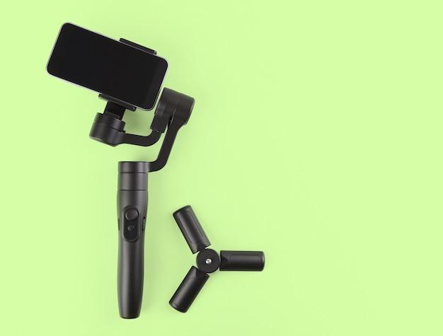 Estabilizador para celular em fundo verde
