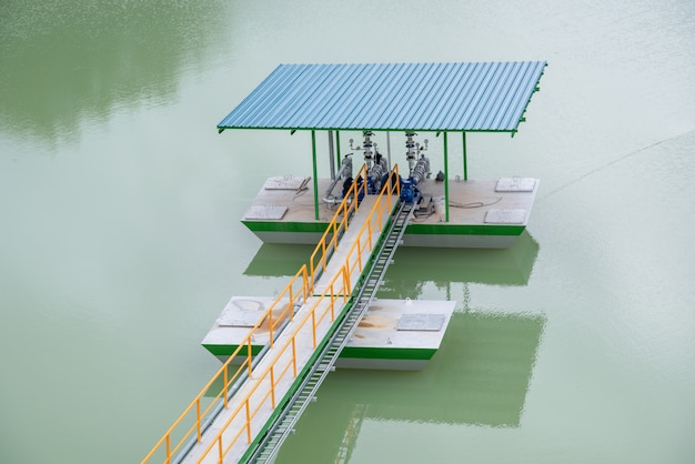 Estação de bomba flutuar no lago de água bruta
