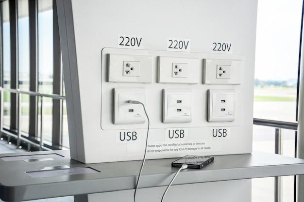 Estação de carregamento de bateria gratuita no terminal do aeroporto para o viajante