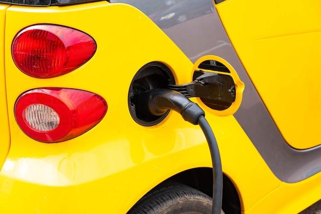 Estação de carregamento de veículos elétricos com tomada para veículos elétricos. pagamento nfc. energia inteligente. o conceito de ecologia e poluição ambiental pelas emissões dos automóveis.