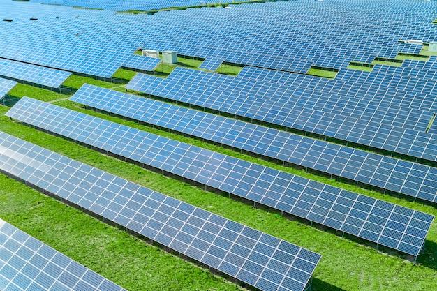 Estação de energia solar com painel azul produzindo energia renovável ecologicamente correta