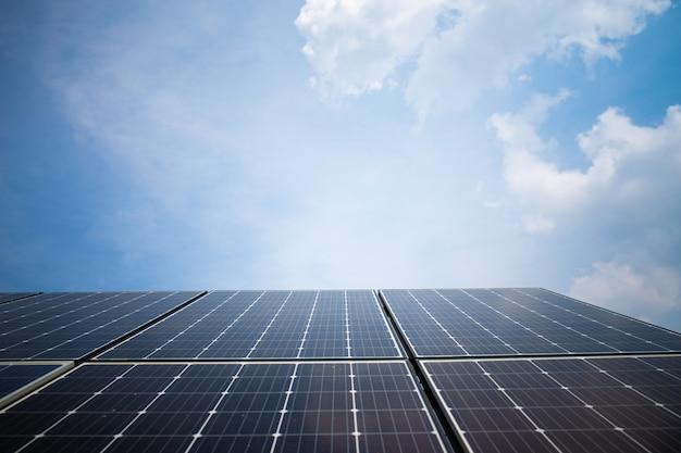 Estação de energia solar no verão com céu azul.