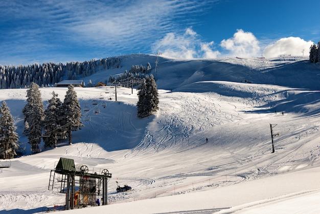 Estação de esqui nas montanhas cobertas de neve francesas em semnoz
