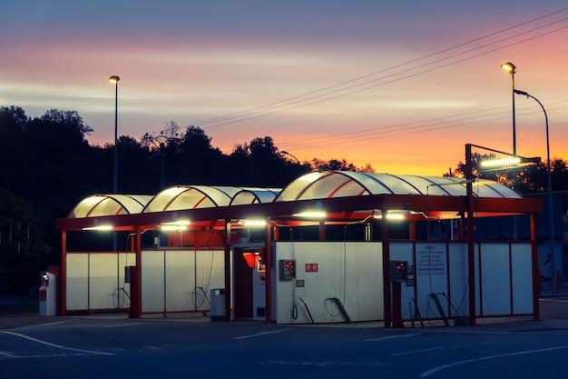 Estação de lavagem de carros pela manhã, frança