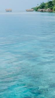 Estação de mergulho e pousadas na ilha de kri, raja ampat, indonésia, papua ocidental.