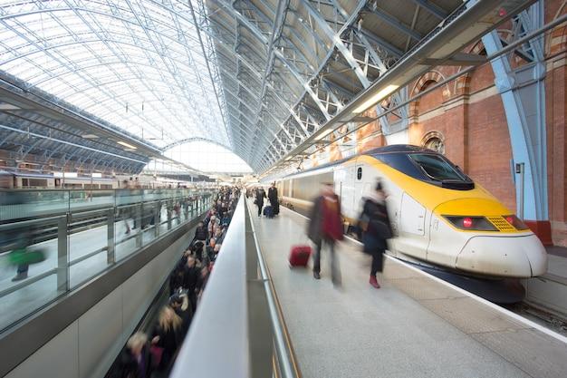 Estação de metro de trem de londres blur movimento de pessoas king cross st. pancrast