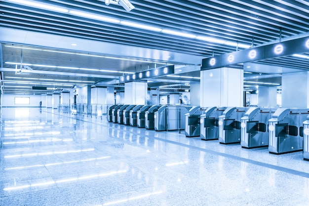 Estação de metro espaçosa