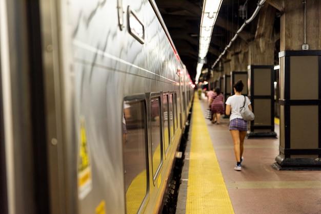 Estação de metrô fundo desfocado