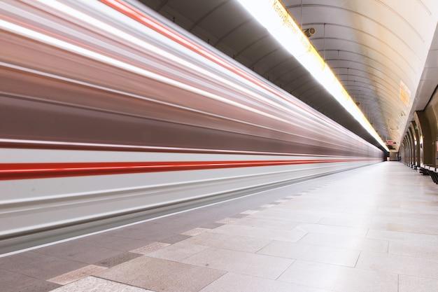 Estação de metrô onde o metrô chega em movimento