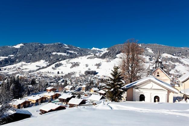 Estação de montanha nos alpes franceses no inverno
