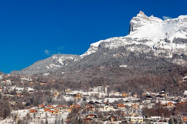 Estação de montanha nos alpes no inverno, frança
