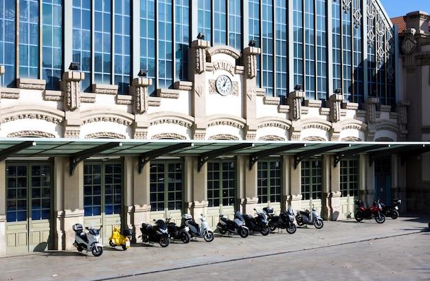 Estação de ônibus estacio del nord ('barcelona nord' ou 'nord estacio') perto do monumento arco do triunfo em barcelona