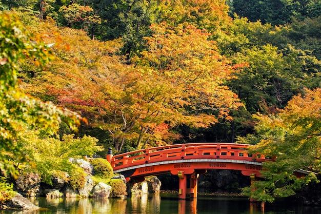 Estação de outono, a cor de ponte do vermelho em templo de daigoji