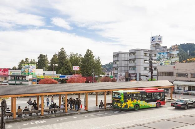 Estação de parada de ônibus.