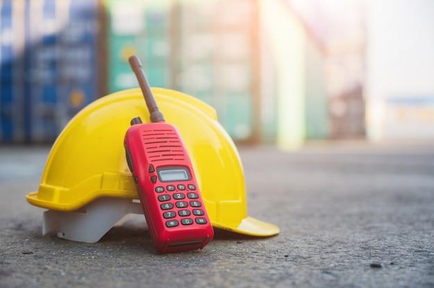 Estação de rádio com capacete amarelo no chão
