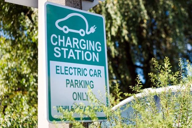 Estação de recarga de sinalização rodoviária de carro elétrico