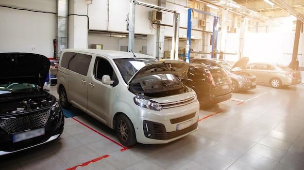 Estação de reparo de automóveis moderna com um grande número de elevadores e equipamentos especializados para diagnóstico e reparação de automóveis