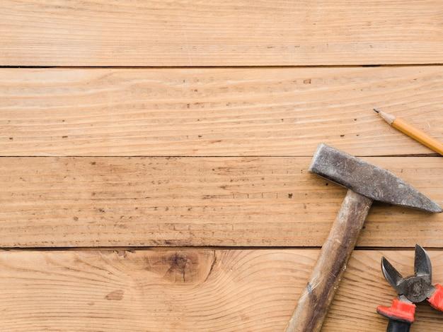 Estação de trabalho com instrumentos de carpinteiro