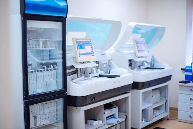 Estação de trabalho de laboratório de análises bioquímicas e imunológicas.
