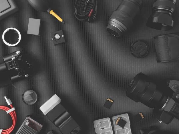 Estação de trabalho do fotógrafo com câmera digital, notebook, cartão de memória, smartphone na mesa