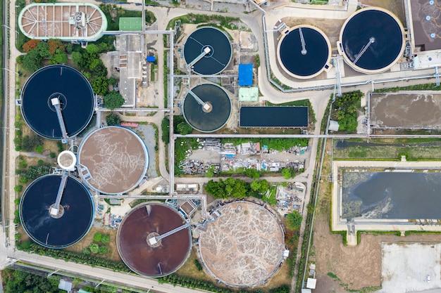 Estação de tratamento de águas residuais está funcionando no tanque da subestação da usina elétrica