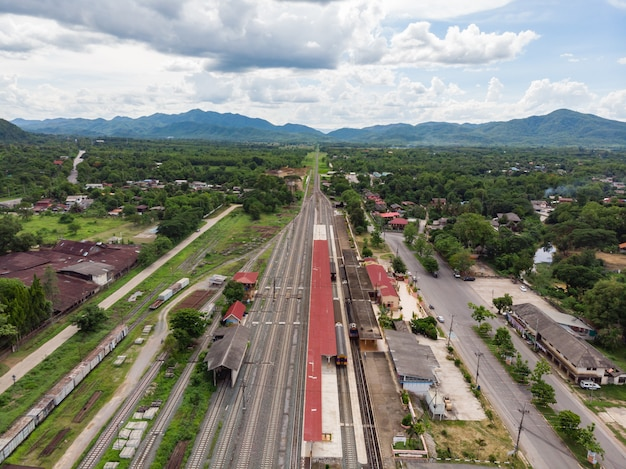 Estação de trem tailandesa com locomotiva diesel