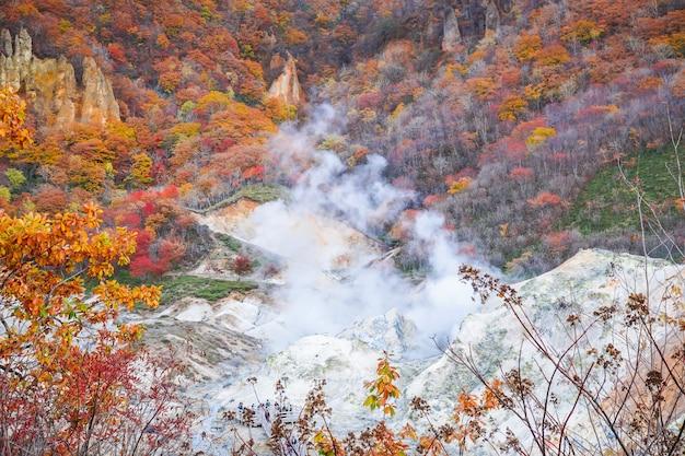 Estação do outono no vulcão noboribetsu em hokkaido japão