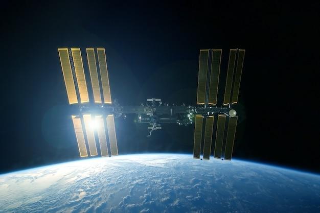 Estação espacial em forma expandida acima do planeta os elementos desta imagem foram fornecidos pela nasa
