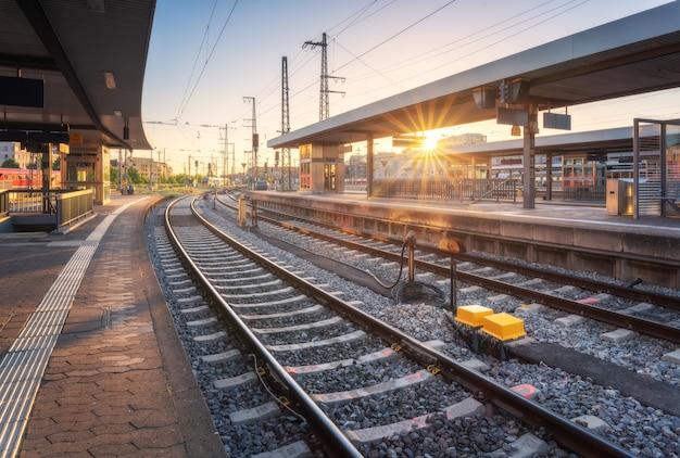 Estação ferroviária ao pôr do sol