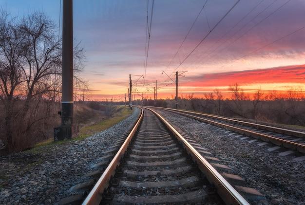 Estação ferroviária contra o lindo céu ao pôr do sol