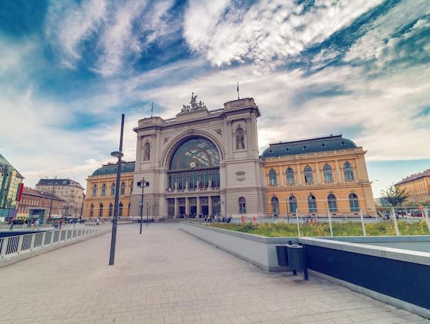 Estação ferroviária de budapeste keleti na manhã com céu dramático