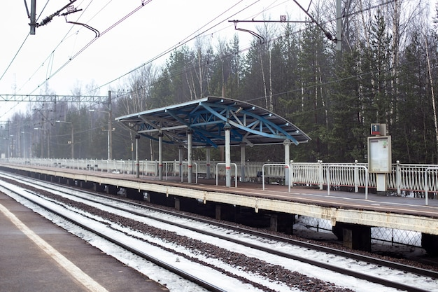 Estação ferroviária e plataforma de trem no inverno