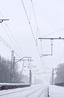 Estação ferroviária na tempestade de neve de inverno