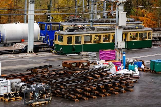 Estação ferroviária, processo de renovação de trilhos e colocação de trilhos