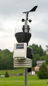 Estação meteorológica pequena no campo