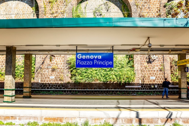 Estação na estação de trem. fechar-se.