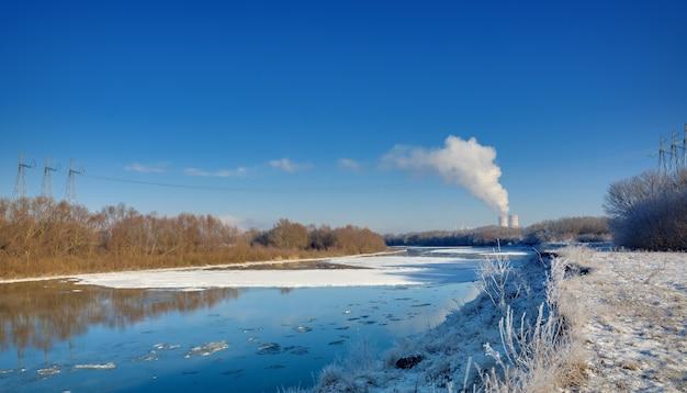 Estação nuclear na margem do rio Foto Premium