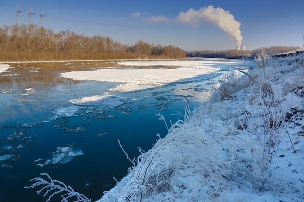 Estação nuclear na margem do rio