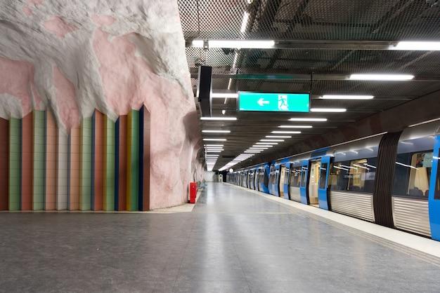 Estação subterrânea do metro do morby do metro da plataforma.