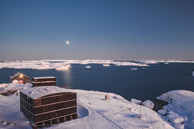 Estação vernadsky da antártica. a visão geral do pôr-do-sol.
