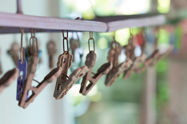 Estacas de roupas ou pregadores de roupa pendem de uma corda. cabides de roupas de plástico em uma linha de lavagem. (foco seletivo)