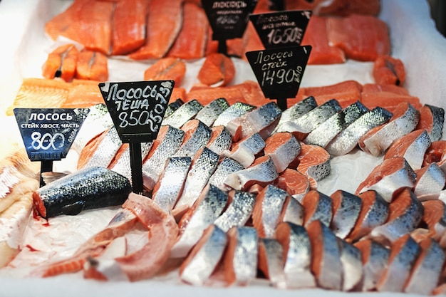 Estacas de salmão à venda no supermercado