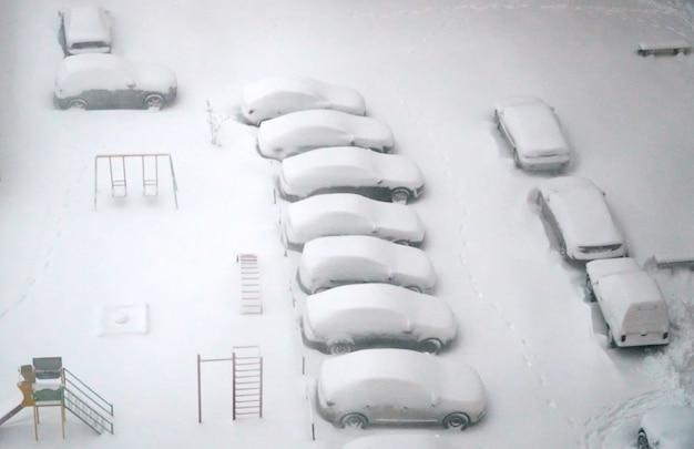Estacionado, carros, coberto neve, tiro, acima, arieal, inverno, urbano, problema