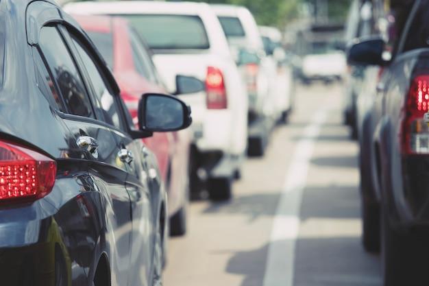 Estacionamento aéreo ao ar livre, carros traseiros em fila estacionamento na beira da estrada.