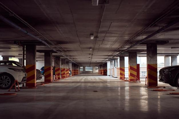 Estacionamento automóvel moderno de vários níveis