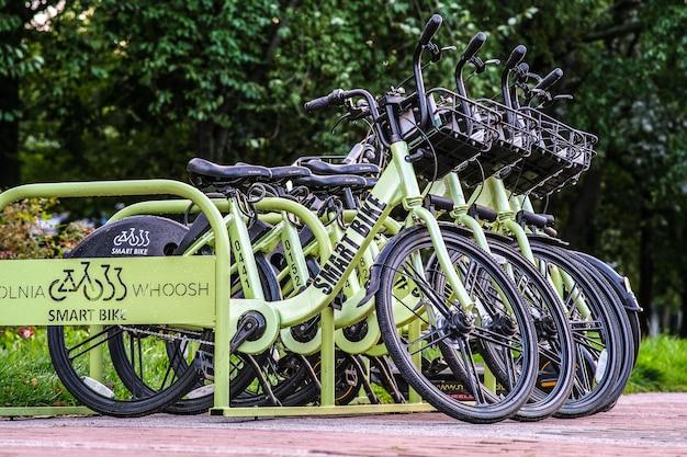 Estacionamento bicicletas inteligentes. as bicicletas são fixadas por bloqueadores de gps.