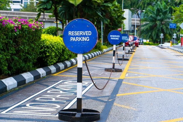 Estacionamento bloqueado por sinais de estacionamento reservados.